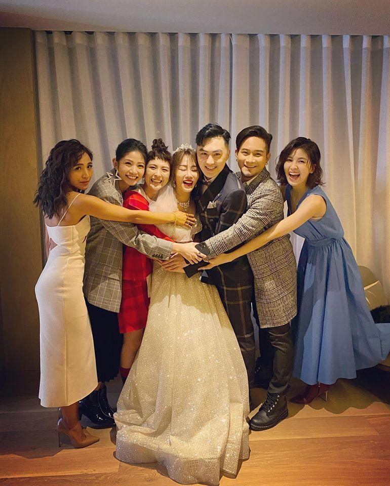 林佩瑤(左四)、武俊傑(左五)去年底辦婚宴,梁文音(左起)、李千那、魏如昀、吳忠