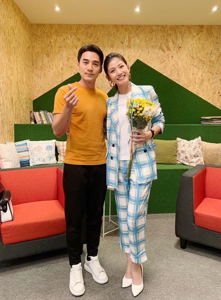 李千那(右)、是元介日前爆出熱戀。圖/摘自臉書