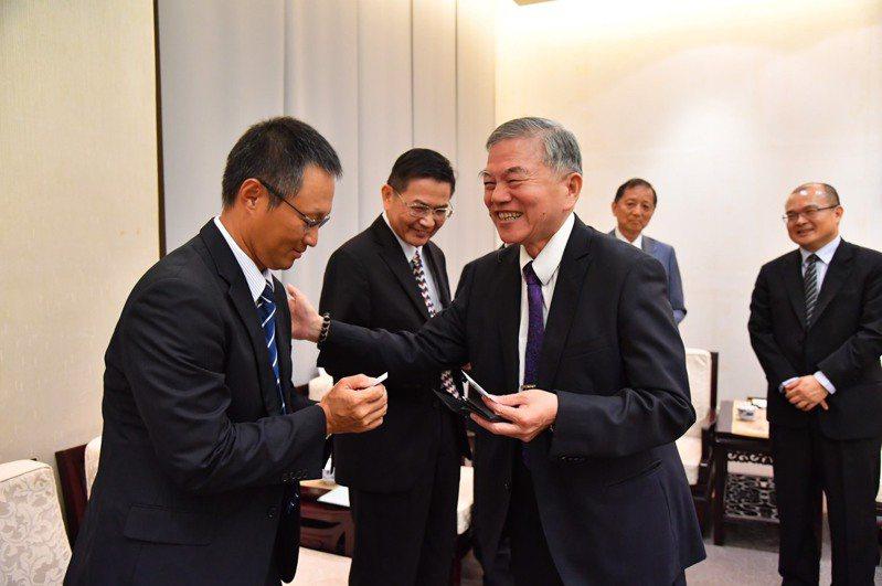 行政院副院長沈榮津(右)接見半導體業者代表。行政院提供