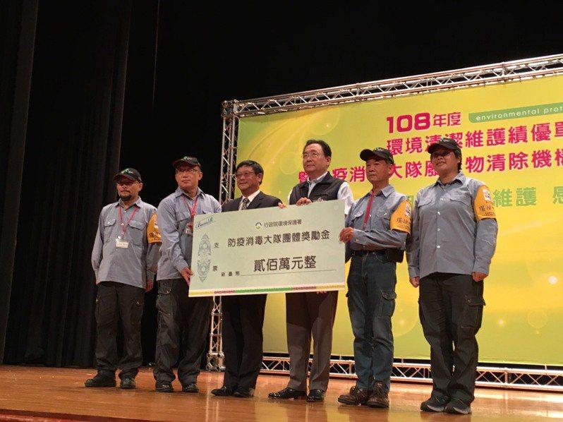 環保署長張子敬(右4)今天頒獎表揚各地方環保局防疫消毒人員。記者吳姿賢/攝影