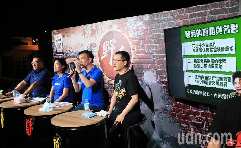 台北市議員羅智強(右)等晚間在立法院旁直播野台開講,論述監察院被提名人事案,希望凝聚藍營支持者共識。記者潘俊宏/攝影