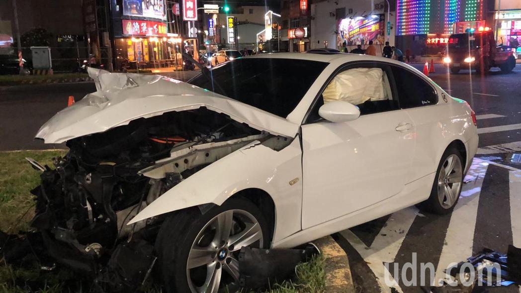 BMW車頭全毀,噴飛到安全島上。記者李承穎/攝影