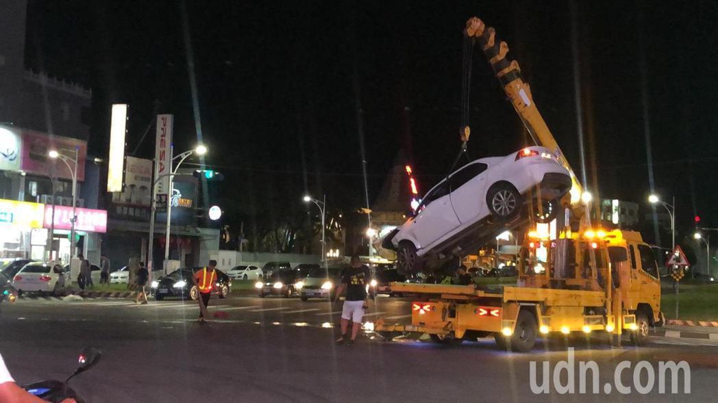 警方將三菱轎車吊離現場。記者李承穎/攝影