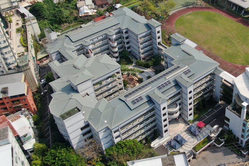 淡水鄧公國小的全台首座學校太陽光電公民電廠昨天啟用,年發電量預計可達1萬6000度。圖/新北市經發局提供