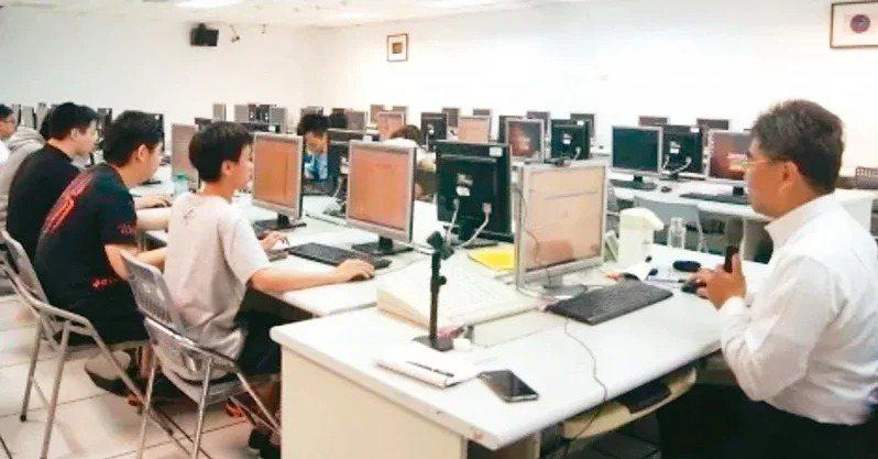 108課綱首將程式設計納為國、高中資訊必修課,但學者表示,先進國家五到七歲就導入程式設計基礎課程,台灣學生十三歲才起步仍嫌晚。本報資料照片
