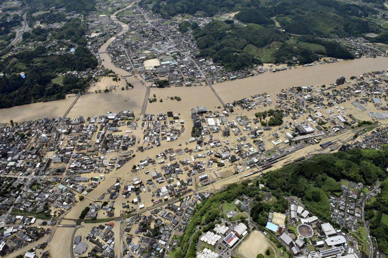 日本九州南部豪雨成災,熊本縣球磨川氾濫,沖毀多處民宅和橋樑。(路透)