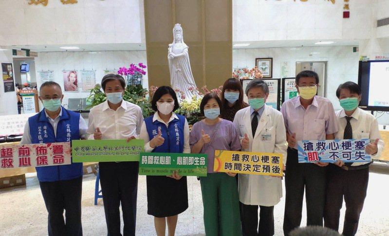 林碧鈴(左四)和北港媽祖醫院捐贈遠距心電圖給雲林沿海消防隊,縣長張麗善(左三)代表接受。記者蔡維斌/攝影