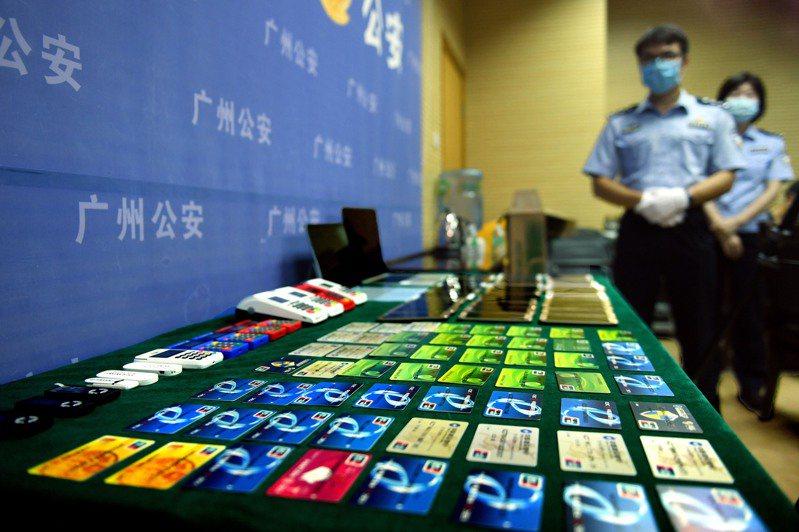 大陸有愈來愈多消費者辦了多張信用卡「以卡養卡」透支消費、積下巨額貸款。圖為廣州警方查獲用來犯罪的大批金融卡與信用卡。中新社