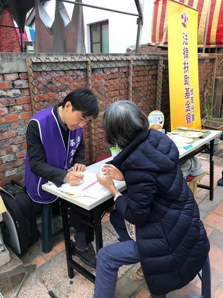 法扶台南分會下鄉,提供免費法律諮詢,視民眾債務清理等個案,提供必要的協助。圖/法扶台南分會提供