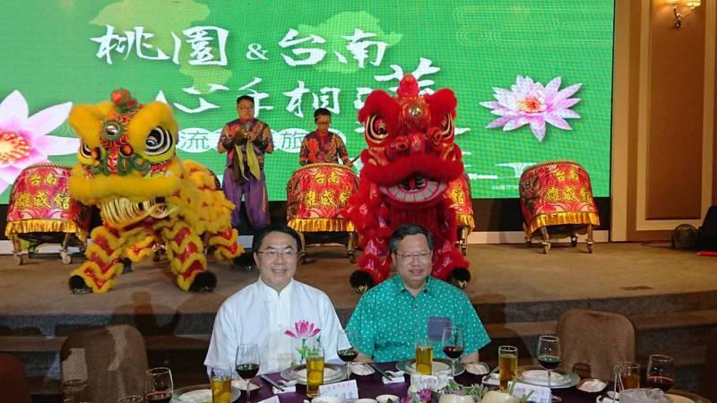 桃園市長鄭文燦(右)昨天率里長團來台南觀光,受到市長黃偉哲歡迎。記者鄭惠仁/攝影