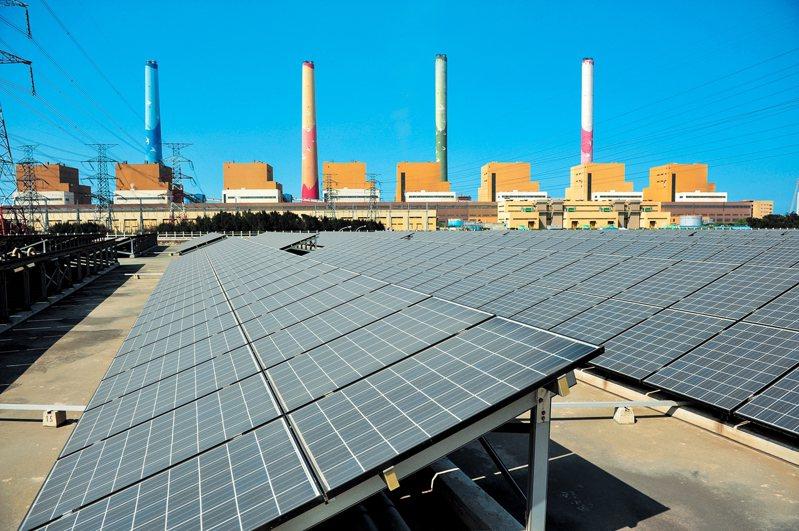 昨日氣候炎熱,用電創下歷史新高。尖峰時刻光電扮演重要供電角色。圖為台中電廠太陽光電設施。圖/台電提供
