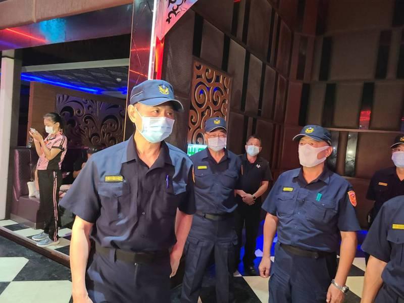 台南市警察局長周幼偉,今晚帶隊到萬象大舞廳臨檢。記者黃宣翰/攝影
