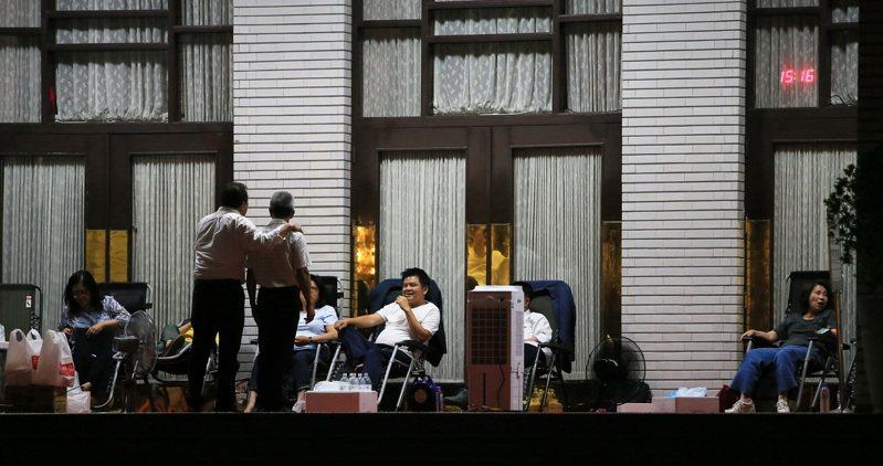 立法院今審監察院人事同意權案,昨夜綠委仍守在議場門前防止藍營突襲。記者潘俊宏/攝影