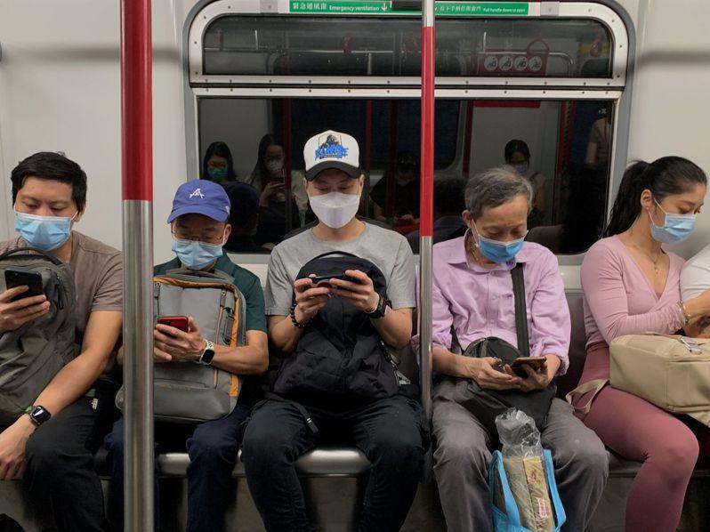 香港爆發第三波疫情,多位病例源頭未知。圖為香港地鐵,乘客都戴上了口罩。(路透)