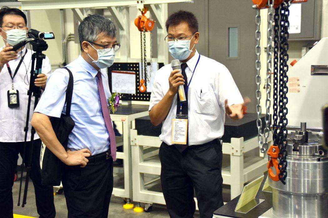 教育部政務次長劉孟奇(左),聽取勤益科大計畫主持人洪瑞斌教授(右)解說。 林志鴻...