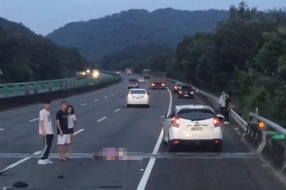 國道3關西段轎車失控撞護欄 翻滾車上1男1女拋飛命危