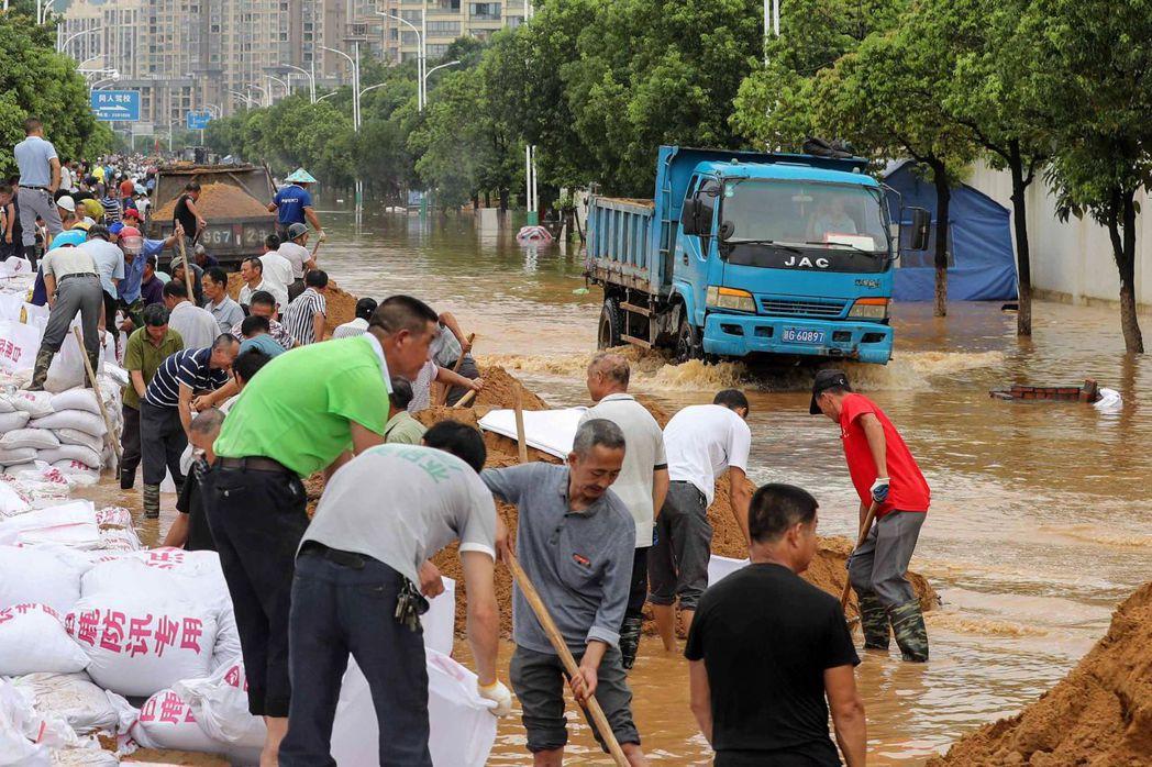 江西省官方也已經在11日升級防汛應變,協同當地警消、軍區和武警等,動員投入救災與...