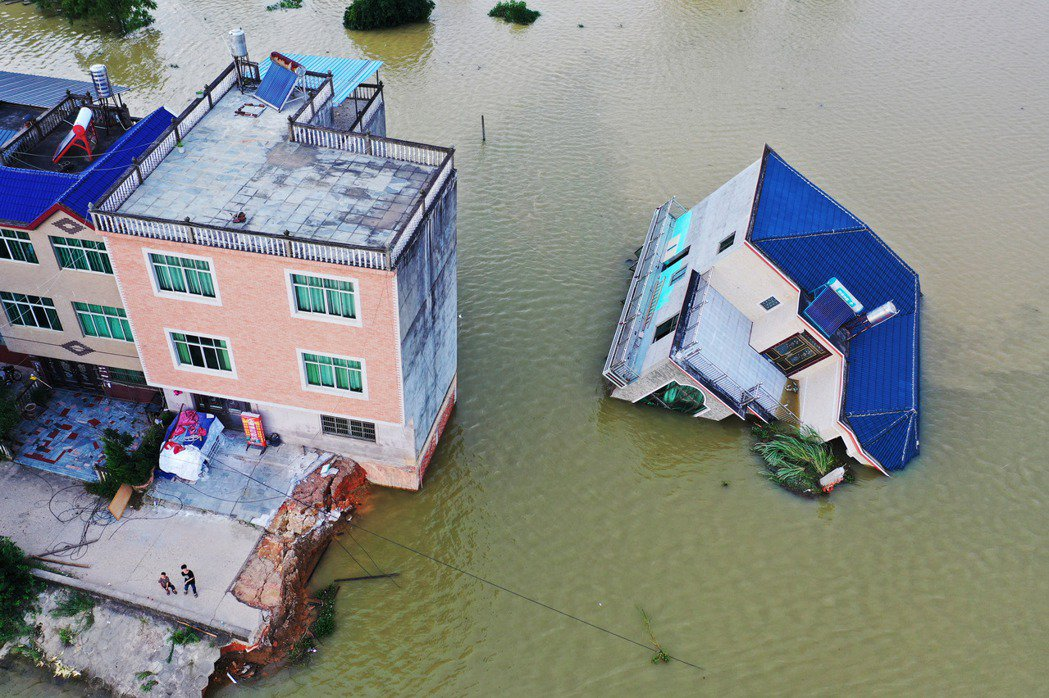 圖為13日,中國江西省鄱陽縣房屋倒塌毀損。 圖/中新社