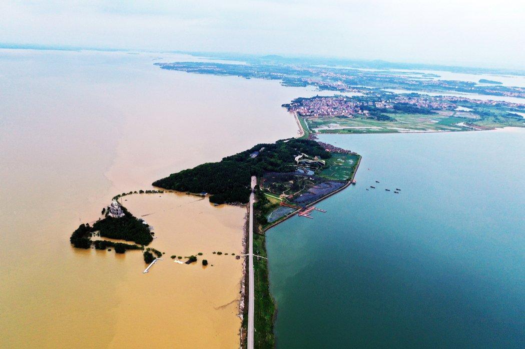 7月12日下午,航拍位於鄱陽湖東岸的江西鄱陽縣珠湖聯圩,一側為清澈的鄱陽湖內湖珠...