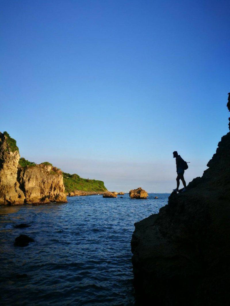 站在柴山大自然海蝕洞旁的岩壁,可拍出如夢似幻的美景。 圖/讀者提供