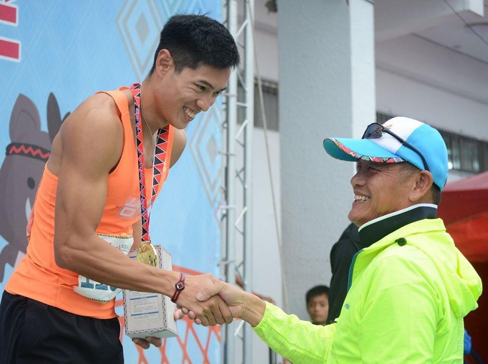 陳傑父親陳光明(右),過去是110公尺跨欄國手。