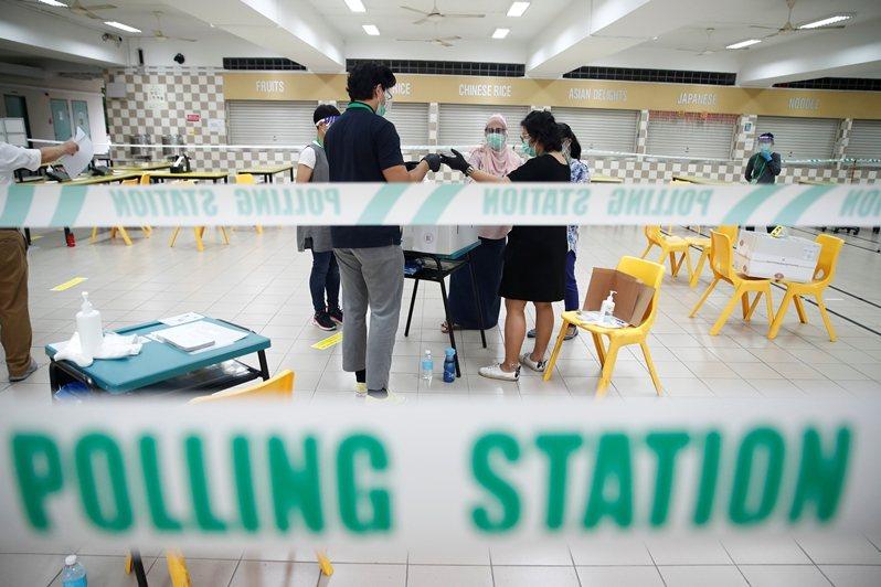 本屆新加坡選舉在疫情未了的狀態下進行,人民行動黨預測選民會趨向支持穩定政權度過難關。 圖/路透社