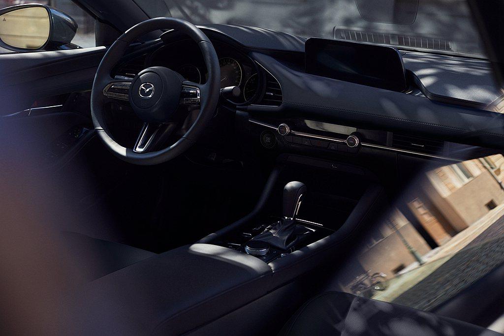2021年式Mazda 3旗艦進化型配置真皮座椅,具備駕駛座八向電動調整附電動腰...