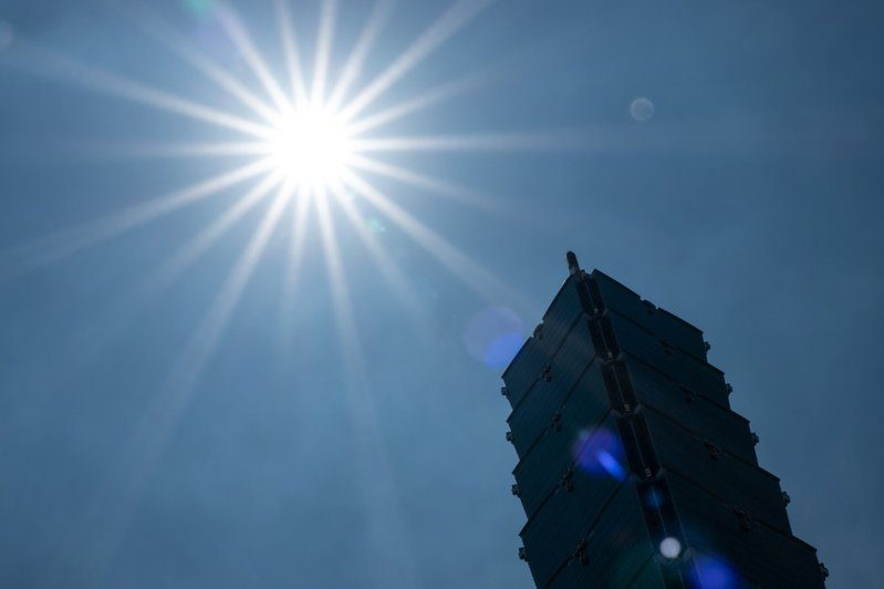 氣象局表示今天白天大部分晴朗,持續發布高溫資訊。記者季相儒/攝影