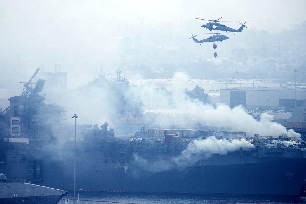 「好人理查號」自12日上午失火後,連續灌救,至今仍控制不了火勢。 圖/路透社
