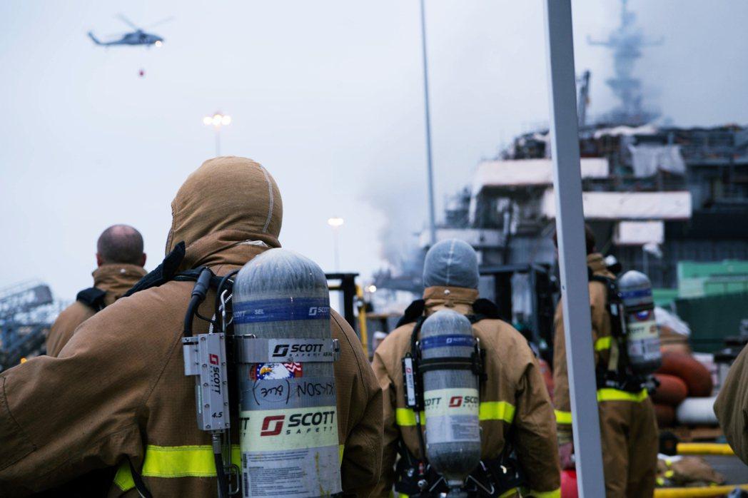 13日等待出動的救援團隊。 圖/美國海軍
