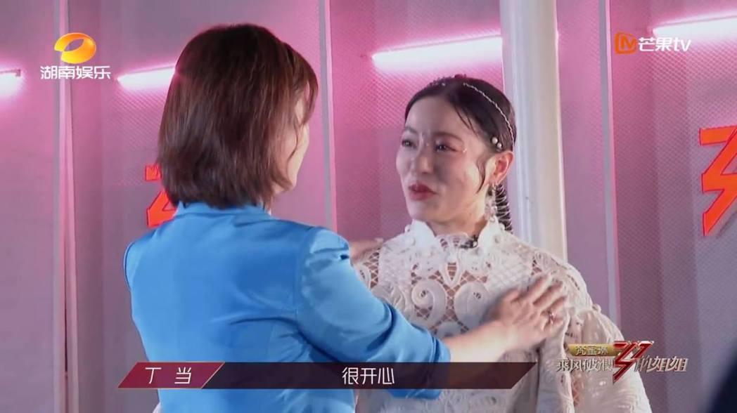 杜華(左)被網友抓包疑似抹掉丁噹的眼淚後擦在丁噹的身上。圖/摘自微博