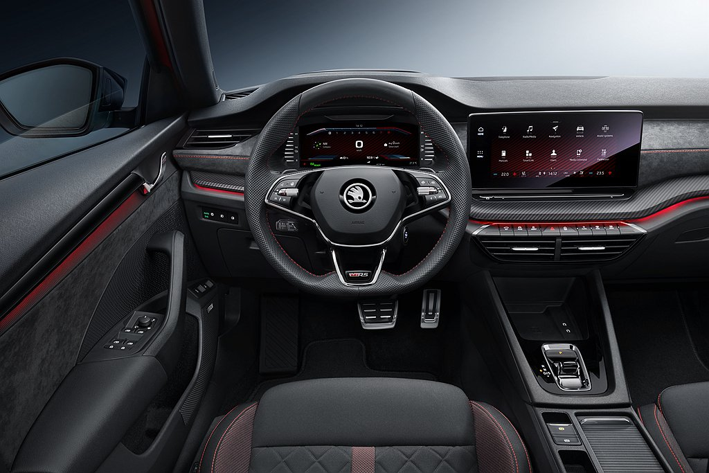 ŠKODA Octavia RS內裝以黑色為基底,透過RS專屬多功能方向盤、運動...