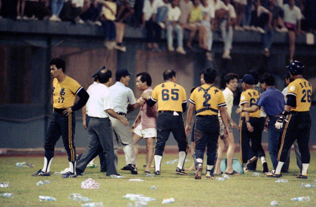 1991年6月14日,龍象大戰因觸身球與兄弟象帝波以釘鞋剷傷龍隊郭建霖,進而引發兩隊衝突,看台球迷也加入戰局。 圖/聯合報系資料照