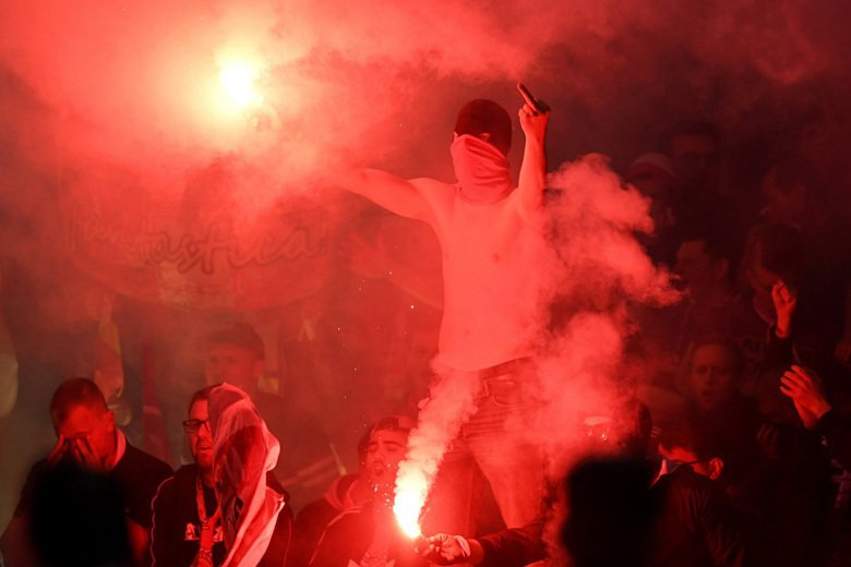 拜仁慕尼黑球迷在比賽中施放煙火。示意圖,非本文所指案件。 圖/路透社
