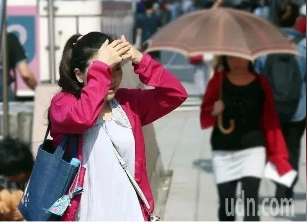 天氣炎熱,今(14日)下午台南市有2名民眾疑似中暑送醫。示意圖/聯合報系資料照片