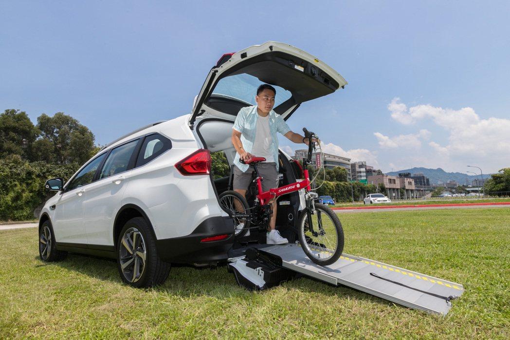 便利伸縮式斜坡板除了方便輪椅乘客上下車外,平時也可以作為搬運重物的便利設施。 記...