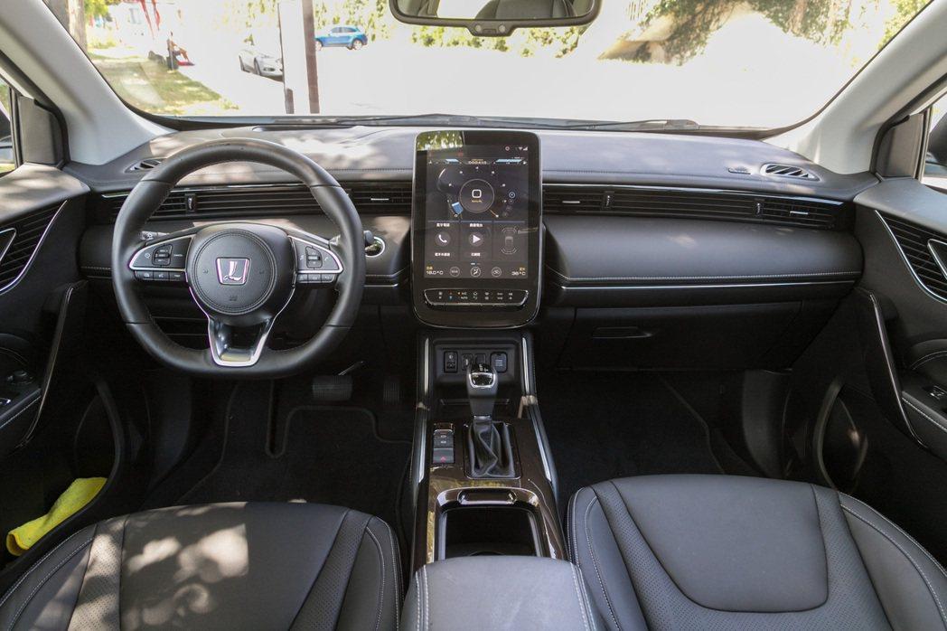 內裝導入全新簡約 AI 概念座艙設計,維持充滿科技感的風格。 記者陳立凱/攝影