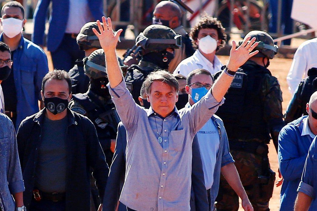 疫情以來,博索納羅不斷表示這波疫情只是「小流感」,且多次被捕捉到違反社交距離原則...