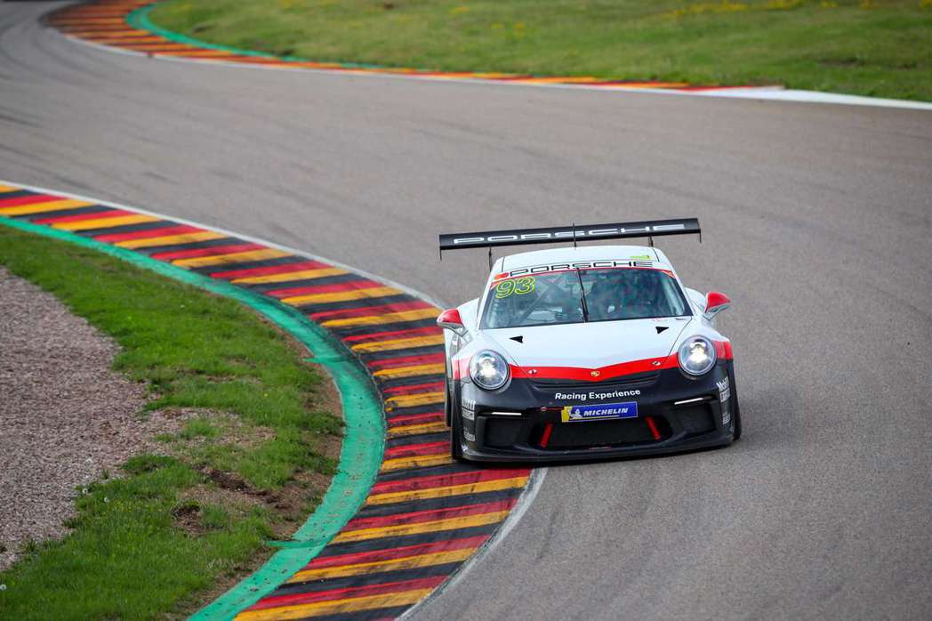 Michael Fassbender 以保時捷的駕駛體驗開啟了他的賽車生涯。這項...