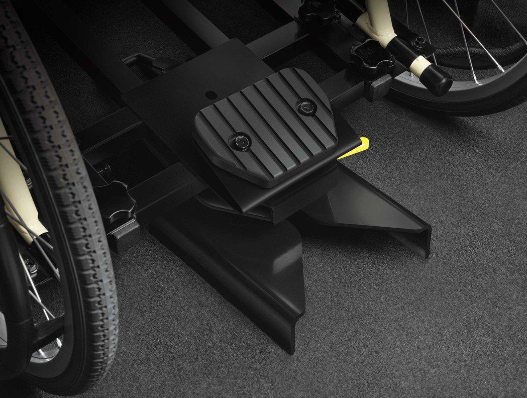 榮獲德國IF設計大獎的「LUXGEN Quick Lock易扣」輪椅快扣裝置。 ...