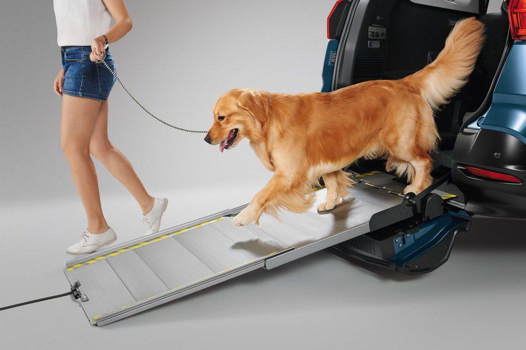 毛小孩也可以利用斜坡板輕鬆上下車。 圖/LUXGEN提供