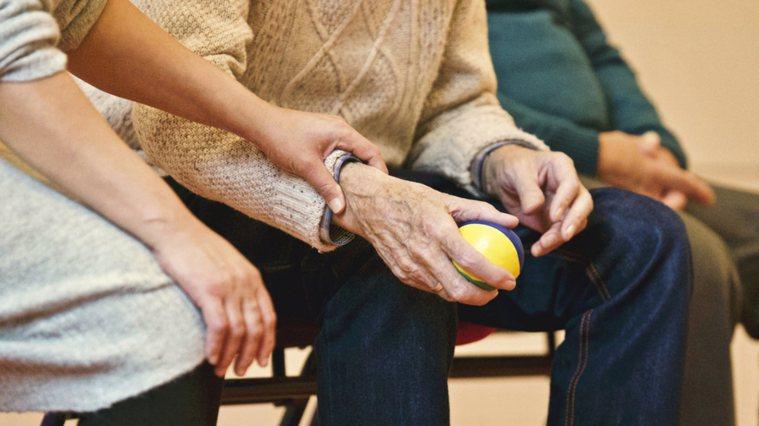 近期研究透過觀察照顧者的發炎性生物指標後發現,家庭照顧者在9年內的健康變化,與常...