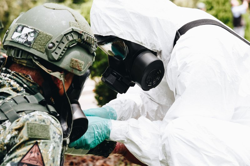 漢光卅六號演習昨在高雄第四作戰區實施「生物疫病暨軍民醫療能量整合」演練,模擬陸軍裝甲營遭敵軍生物戰劑攻擊。圖/國防部提供