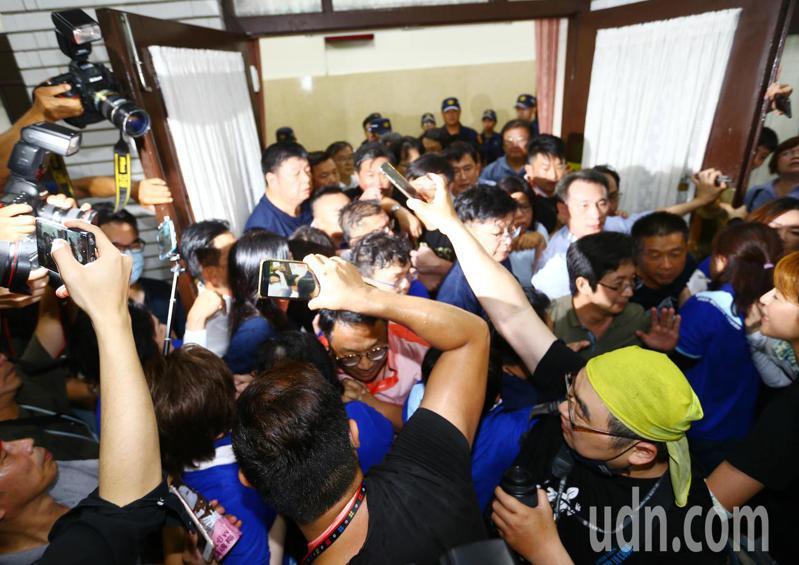 陳菊今天上午到立院報告,藍綠人馬在議場後方爆發激烈衝突,發生嚴重推擠。記者杜建重/攝影