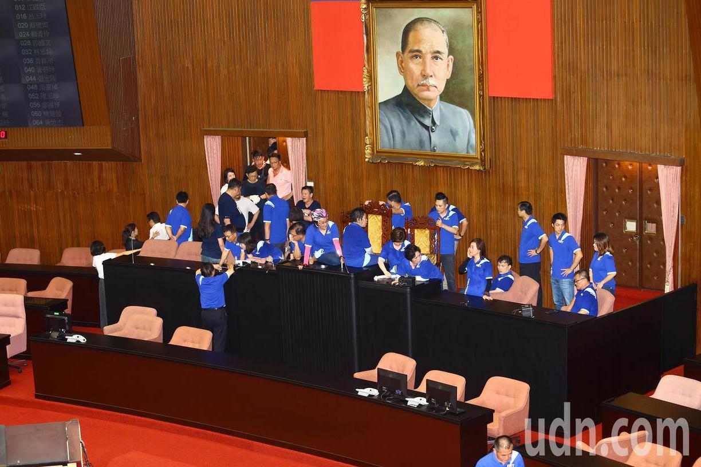影/前後衝場 藍強占主席台不讓陳菊上台