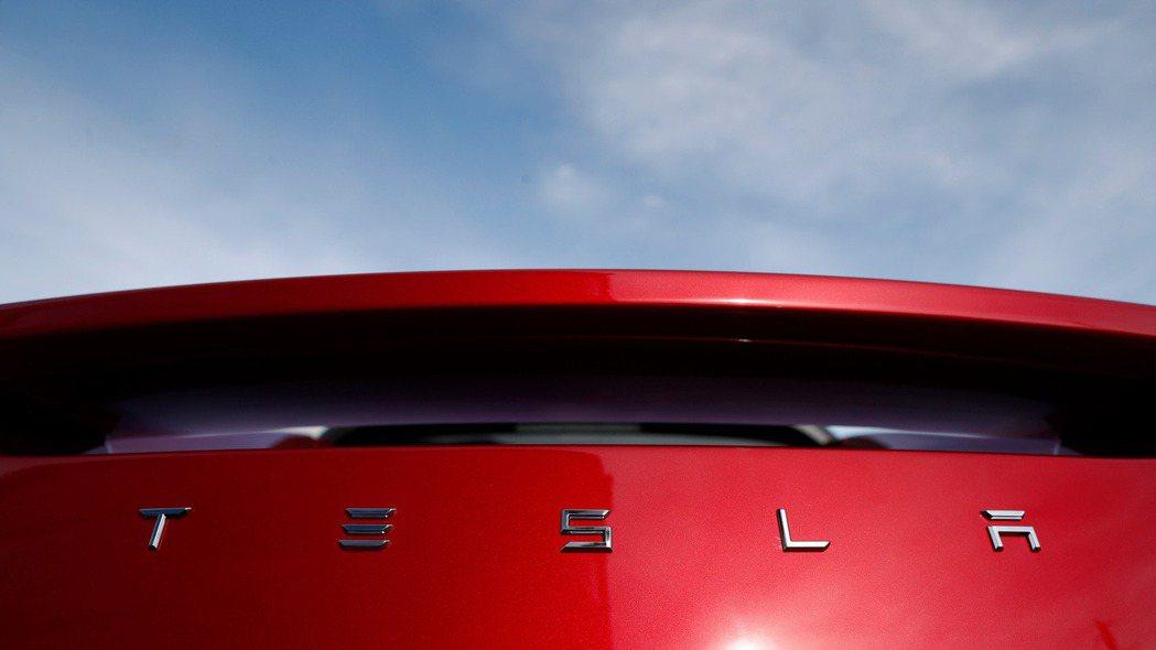 交易平台的資料顯示,散戶投資人熱愛特斯拉(Tesla)的股票。 美聯社