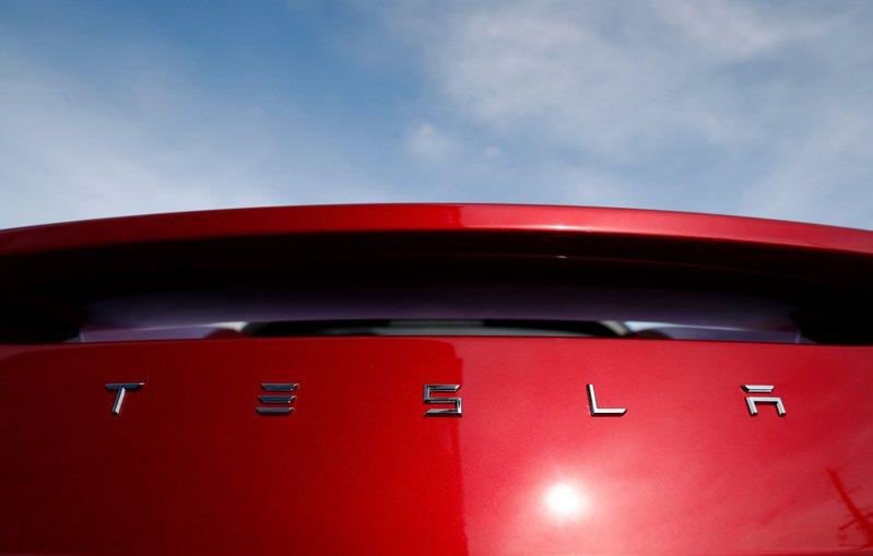 交易平台的資料顯示,散戶投資人熱愛特斯拉(Tesla)的股票。(圖/美聯社)