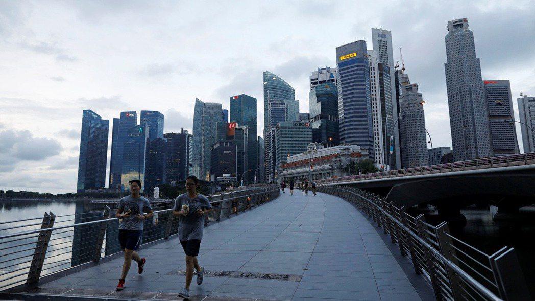 新加坡貿工部14日說,與上季相比,第2季國內生產毛額年化後萎縮41.2%,創歷來...