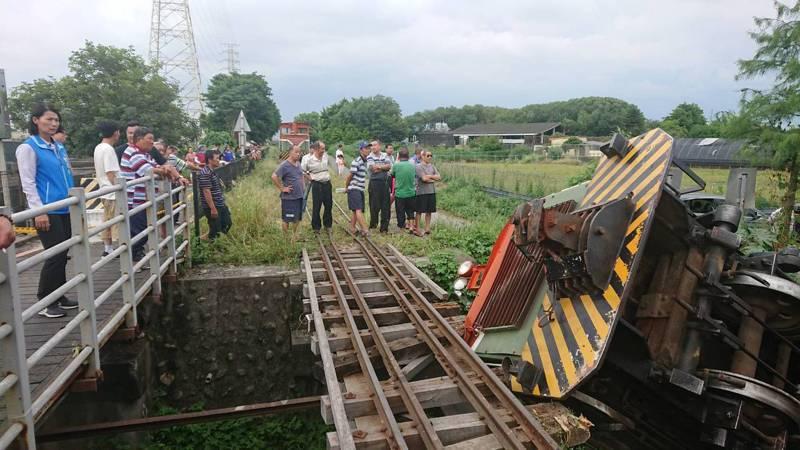 彰化縣溪湖糖廠小火車在端午連假時,被小貨車撞翻,糖廠為了敦親睦鄰,同意即日起優惠鎮民乘車。本報資料圖