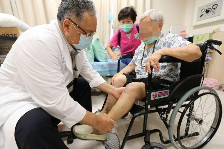 96歲劉姓陽光阿嬤(右)左膝關節嚴重退化,經接受全膝關節置換術後,重拾笑容,左為...